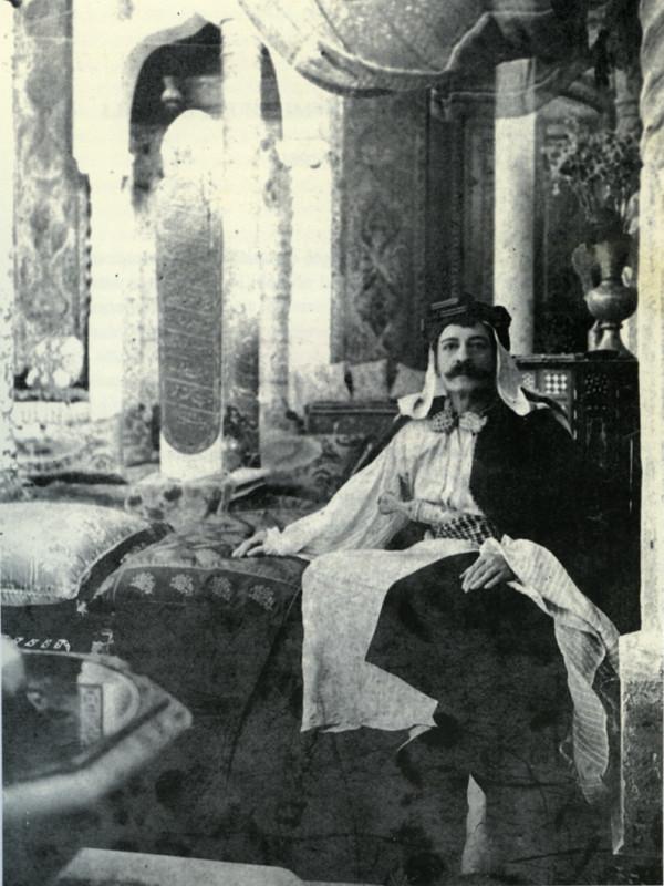 Pierre Loti dans sa mosquée reconstituée à Rochefort